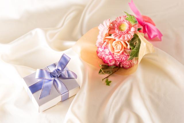 プレゼントの箱とバラの花束